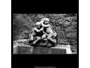 Kašna s plastikou (4175), Praha 1965 prosinec, černobílý obraz, stará fotografie, prodej