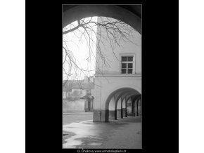 Pražská podloubí (4204-2), Praha 1965 prosinec, černobílý obraz, stará fotografie, prodej