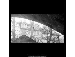 Část domů u Čertovky (4206), Praha 1965 prosinec, černobílý obraz, stará fotografie, prodej