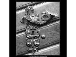 Klika a zámek na dveřích (4208-2), Praha 1965 prosinec, černobílý obraz, stará fotografie, prodej