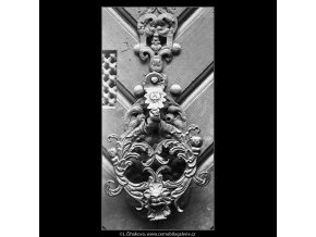 Klepadlo na dveřích (4225-2), Praha 1966 leden, černobílý obraz, stará fotografie, prodej
