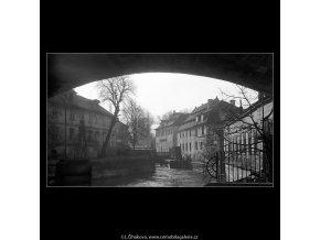 Pohled na Čertovku a mlýn (4269), Praha 1966 únor, černobílý obraz, stará fotografie, prodej