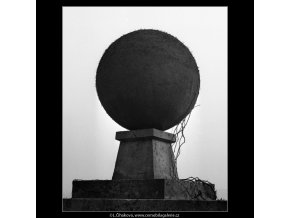 Koule na zídce (1547-3), Praha 1962 duben, černobílý obraz, stará fotografie, prodej