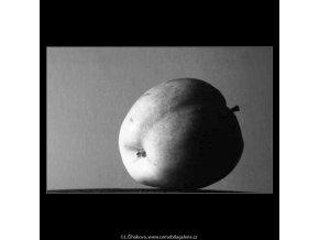 Jablko (4272-4), žánry - Praha 1966 únor, černobílý obraz, stará fotografie, prodej