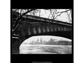 Mráz na Vltavě (2036-2), Praha 1963 zima, černobílý obraz, stará fotografie, prodej
