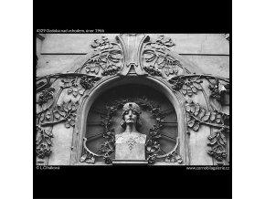 Ozdoba nad vchodem (4329), Praha 1966 únor, černobílý obraz, stará fotografie, prodej