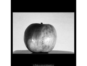 Jablko (4341-1), žánry - Praha 1966 únor, černobílý obraz, stará fotografie, prodej