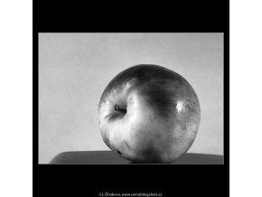 Jablko (4341-2), žánry - Praha 1966 únor, černobílý obraz, stará fotografie, prodej
