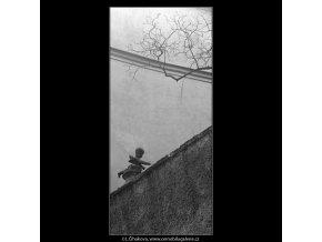 Soška andílka na zdi (4355), Praha 1966 březen, černobílý obraz, stará fotografie, prodej