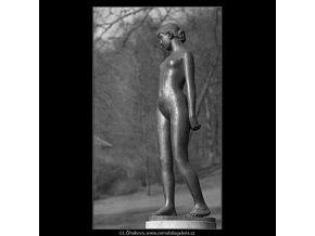 Čtrnáctiletá (4379-3), Praha 1966 březen, černobílý obraz, stará fotografie, prodej