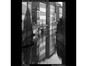 Stojatá voda a odraz domů (4429-2), Praha 1966 duben, černobílý obraz, stará fotografie, prodej