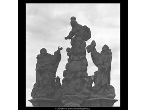 Sochy Karlova mostu (4542-2), Praha 1966 květen, černobílý obraz, stará fotografie, prodej