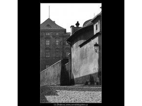 Pohled do Černínské uličky (4557), Praha 1966 červen, černobílý obraz, stará fotografie, prodej