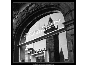 Odraz věže (4595-2), Praha 1966 červenec, černobílý obraz, stará fotografie, prodej