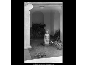 Socha v jezírku (4599-1), Praha 1966 červenec, černobílý obraz, stará fotografie, prodej