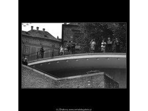 Lidé za zábradlím (4599-7), Praha 1966 červenec, černobílý obraz, stará fotografie, prodej