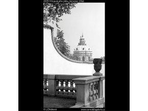 Kopule přes zídku (4599-9), Praha 1966 červenec, černobílý obraz, stará fotografie, prodej