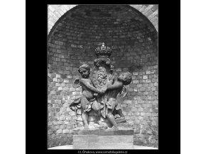 Socha ve výklenku (4599-32), Praha 1966 červenec, černobílý obraz, stará fotografie, prodej