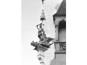 Socha rytíře a draka na domě (4644-1), Praha 1966 červenec, černobílý obraz, stará fotografie, prodej