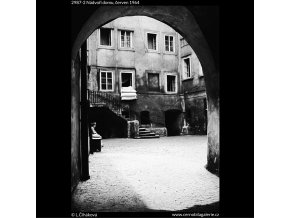 Nádvoří domu (2987-2), Praha 1964 červen, černobílý obraz, stará fotografie, prodej