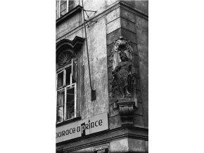 Socha na domě U zlatého anděla (4651), Praha 1966 červenec, černobílý obraz, stará fotografie, prodej