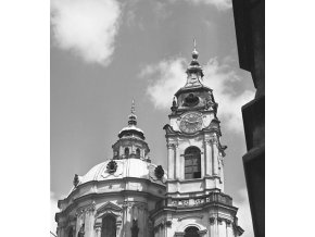 Věže a kupole chrámu sv.Mikuláše (4668-2), Praha 1966 srpen, černobílý obraz, stará fotografie, prodej
