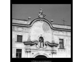Štít domu a okna (4729-1), Praha 1966 srpen, černobílý obraz, stará fotografie, prodej