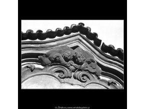 Ozdoba nad vchodem (4742), Praha 1966 srpen, černobílý obraz, stará fotografie, prodej