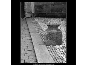 Pražské patníky (4758-2), Praha 1966 srpen, černobílý obraz, stará fotografie, prodej