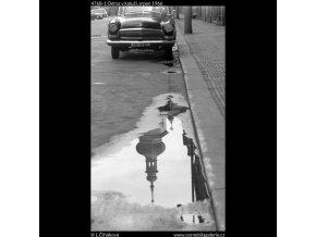 Odraz v kaluži (4768-1), Praha 1966 srpen, černobílý obraz, stará fotografie, prodej