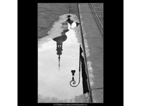 Odraz v kaluži (4768-2), Praha 1966 srpen, černobílý obraz, stará fotografie, prodej