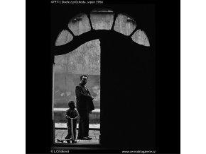 Dveře z průchodu (4797-1), Praha 1966 srpen, černobílý obraz, stará fotografie, prodej