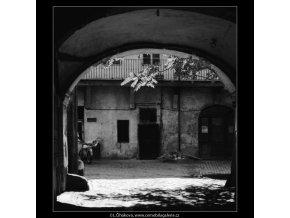 Průhled podloubím na dvůr (3211), Praha 1964 září, černobílý obraz, stará fotografie, prodej
