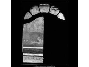 Dveře z průchodu (4797-2), Praha 1966 srpen, černobílý obraz, stará fotografie, prodej