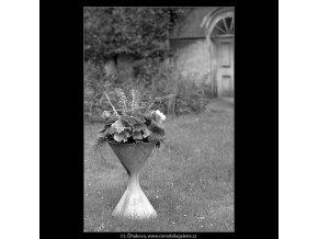 Ozdobné vázy s květinami (4829-2), Praha 1966 září, černobílý obraz, stará fotografie, prodej