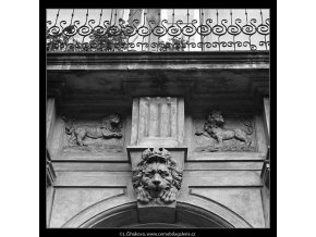Balkon a maskaron (4843-2), Praha 1966 září, černobílý obraz, stará fotografie, prodej