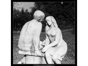 Plastika milenců (4876), Praha 1966 říjen, černobílý obraz, stará fotografie, prodej