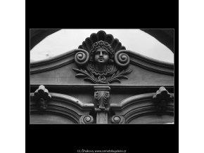 Maskaron nad dveřmi (4999), Praha 1966 prosinec, černobílý obraz, stará fotografie, prodej