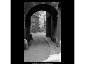 Domek s obloukem (4605-1), žánry - Praha 1966 červenec, černobílý obraz, stará fotografie, prodej