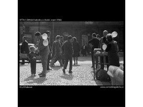 Dětské balonky a chodci (4776-1), žánry - Praha 1966 srpen, černobílý obraz, stará fotografie, prodej