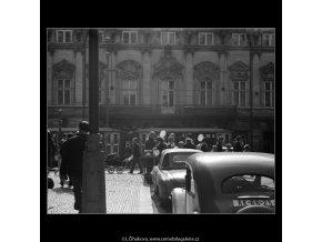 Dětské balonky a chodci (4776-2), žánry - Praha 1966 srpen, černobílý obraz, stará fotografie, prodej