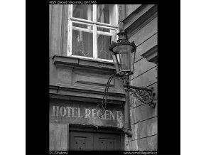 Zákoutí s lucernou (4827), žánry - Praha 1966 září, černobílý obraz, stará fotografie, prodej
