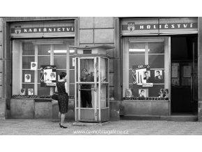 Dívky v telefonní budce (4875), žánry - Praha 1966 říjen, černobílý obraz, stará fotografie, prodej