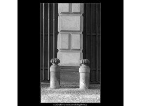 Patníky před Černínským palácem (5035-3), Praha 1966 prosinec, černobílý obraz, stará fotografie, prodej