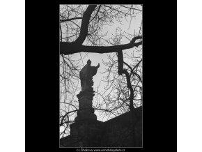Plastika Karlova mostu (5043-1), Praha 1966 prosinec, černobílý obraz, stará fotografie, prodej