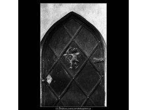 Staré dveře a ozdoba - lukostřelec (5071-1), Praha 1967 únor, černobílý obraz, stará fotografie, prodej