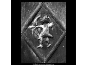 Staré dveře a ozdoba - lukostřelec (5071-2), Praha 1967 únor, černobílý obraz, stará fotografie, prodej