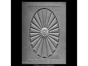 Ozdoba na dveřích (5118), Praha 1967 únor, černobílý obraz, stará fotografie, prodej