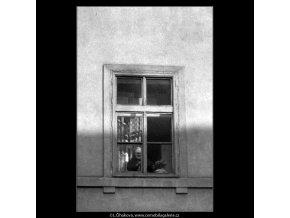 Babička v okně (5144), žánry - Praha 1967 březen, černobílý obraz, stará fotografie, prodej