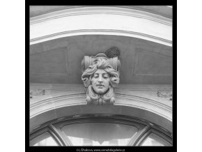 Maskaron a opuštěné hnízdo (5930), Praha 1968 červen, černobílý obraz, stará fotografie, prodej